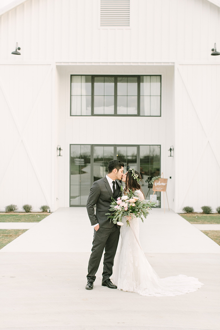 Modern Farmhouse Wedding with Organic Details - photo by Mustard Seed Photography https://ruffledblog.com/modern-farmhouse-wedding-with-organic-details