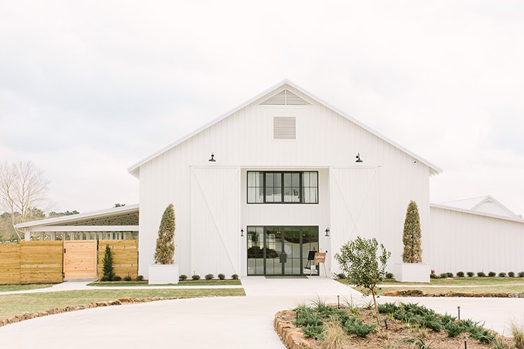 farmhouse wedding venues - photo by Mustard Seed Photography https://ruffledblog.com/modern-farmhouse-wedding-with-organic-details