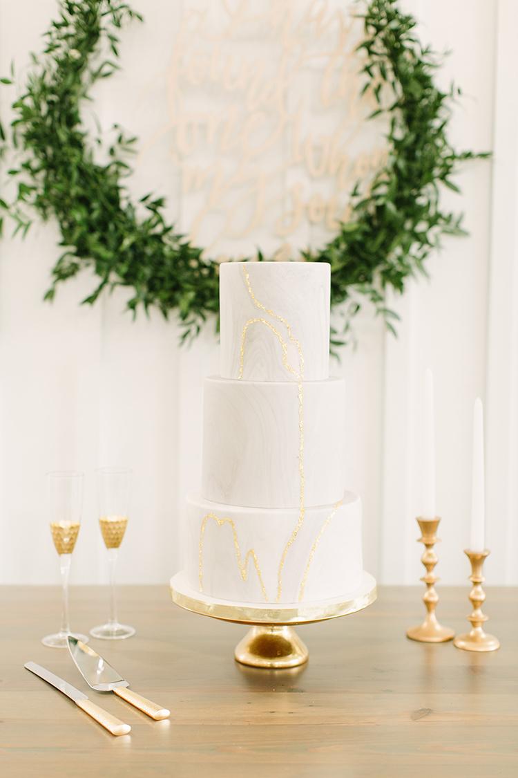 marbled wedding cakes - photo by Mustard Seed Photography http://ruffledblog.com/modern-farmhouse-wedding-with-organic-details