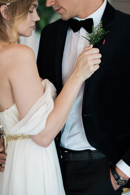 wedding photography - photo by Kristen Weaver Photography https://ruffledblog.com/modern-organic-wedding-inspiration-with-greenery
