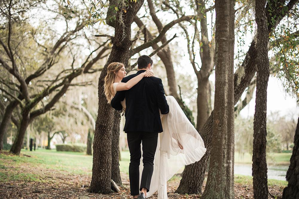 wedding ideas - photo by Kristen Weaver Photography http://ruffledblog.com/modern-organic-wedding-inspiration-with-greenery