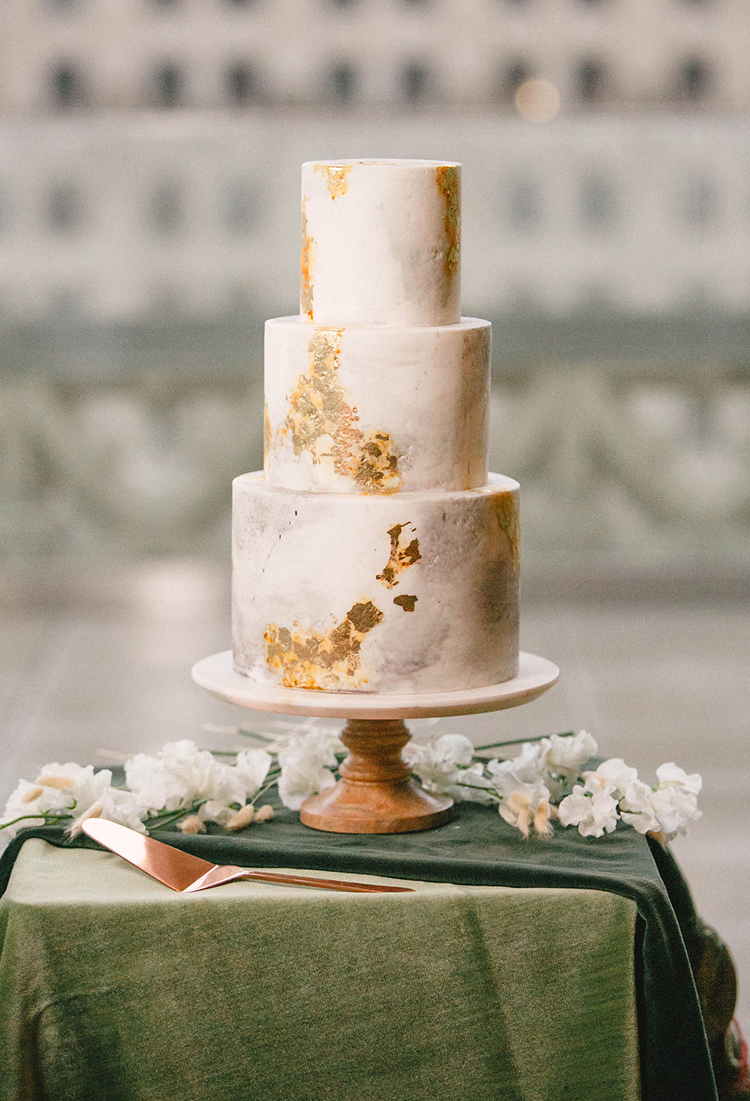 modern wedding cakes with gold - photo by Leigh Miller Photography https://ruffledblog.com/modern-wedding-inspiration-with-a-pampas-grass-chandelier