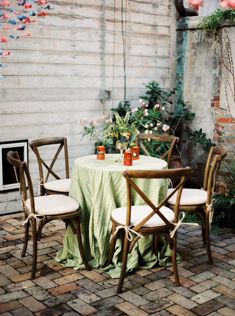 backyard wedding reception tables - photo by Greer Gattuso https://ruffledblog.com/new-orleans-wedding-with-the-cutest-woodland-details