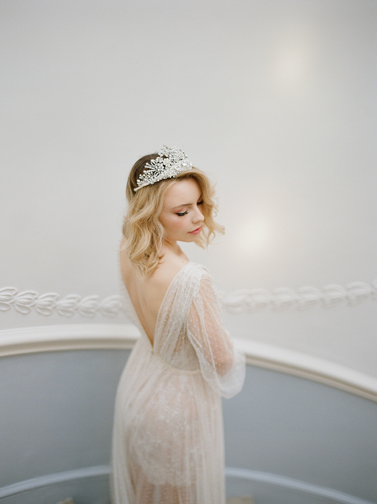 vintage inspired bridal looks - photo by Julie Michaelsen Photography http://ruffledblog.com/old-world-london-wedding-inspiration-with-delicate-details