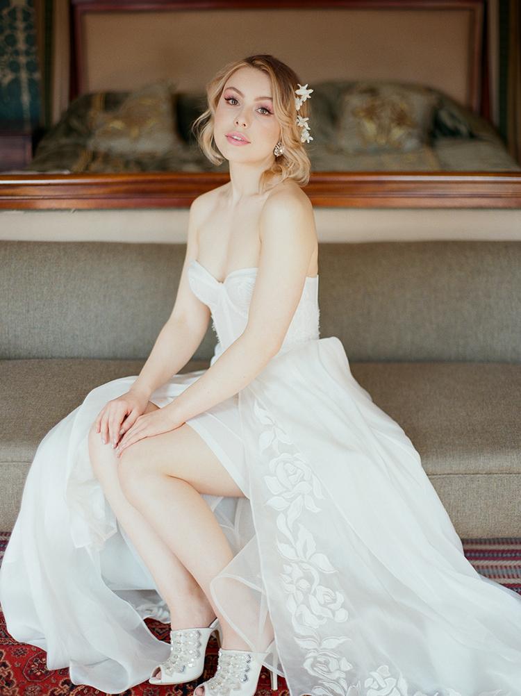 elegant bridal style - photo by Julie Michaelsen Photography http://ruffledblog.com/old-world-london-wedding-inspiration-with-delicate-details