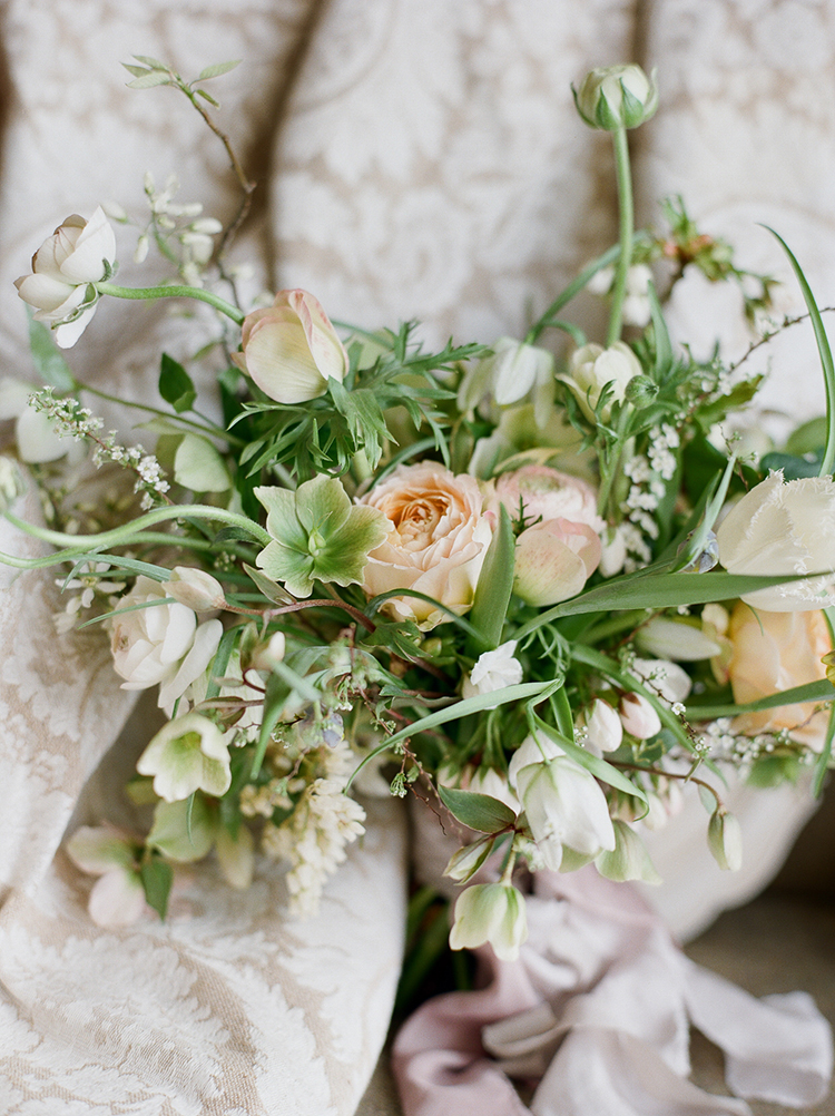 blush pink wedding bouquets - photo by Julie Michaelsen Photography https://ruffledblog.com/old-world-london-wedding-inspiration-with-delicate-details