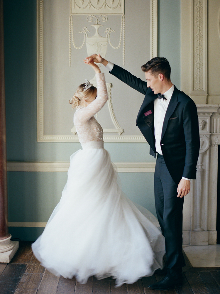 vintage inspired wedding style - photo by Julie Michaelsen Photography https://ruffledblog.com/old-world-london-wedding-inspiration-with-delicate-details