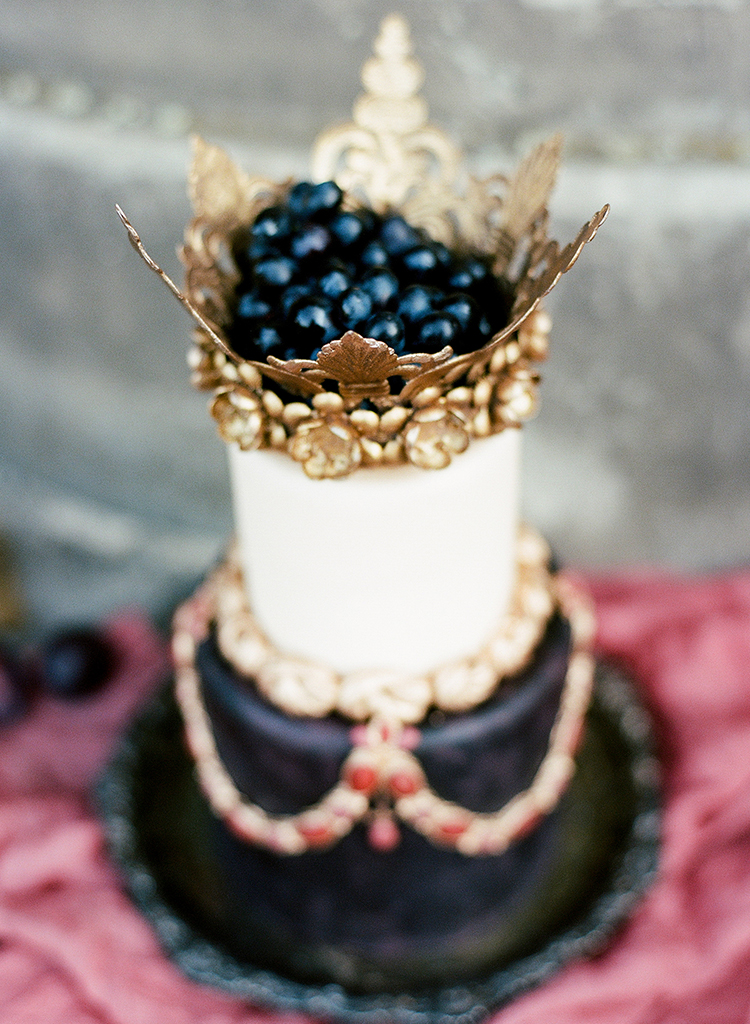 wedding cakes with crowns - photo by Arte de Vie https://ruffledblog.com/old-world-romance-wedding-inspiration-in-prague