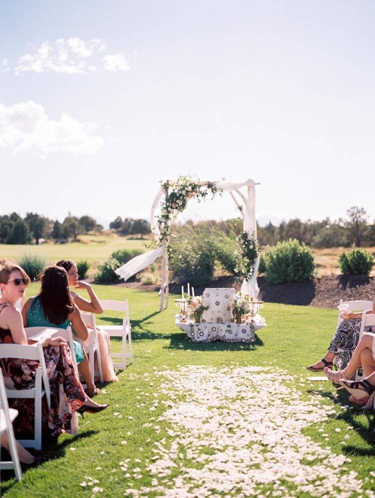 wedding ceremonies - photo by Gabriela Ines Photography http://ruffledblog.com/oregon-resort-wedding-with-bohemian-style
