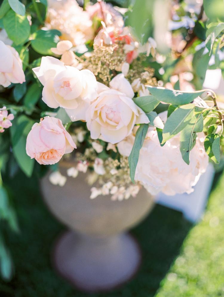 wedding flowers - photo by Gabriela Ines Photography http://ruffledblog.com/oregon-resort-wedding-with-bohemian-style