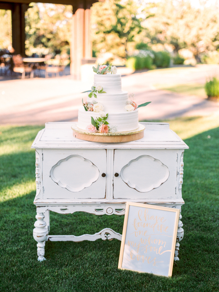 cake tables - photo by Gabriela Ines Photography https://ruffledblog.com/oregon-resort-wedding-with-bohemian-style