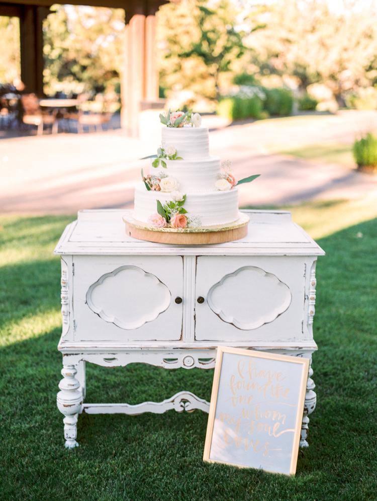 cake tables - photo by Gabriela Ines Photography http://ruffledblog.com/oregon-resort-wedding-with-bohemian-style