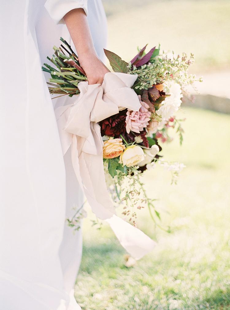 wedding bouquets - photo by Kara Miller https://ruffledblog.com/organic-romantic-wedding-inspiration