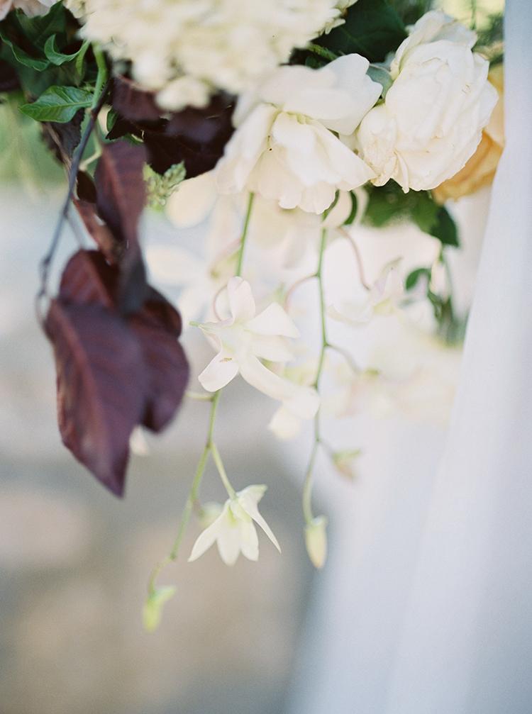 wedding flowers - photo by Kara Miller https://ruffledblog.com/organic-romantic-wedding-inspiration