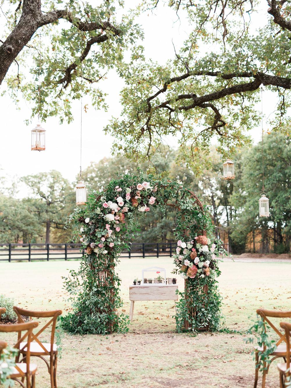 ceremony decor - photo by Elisabeth Carol Photography http://ruffledblog.com/picturesque-garden-wedding-at-white-sparrow-barn