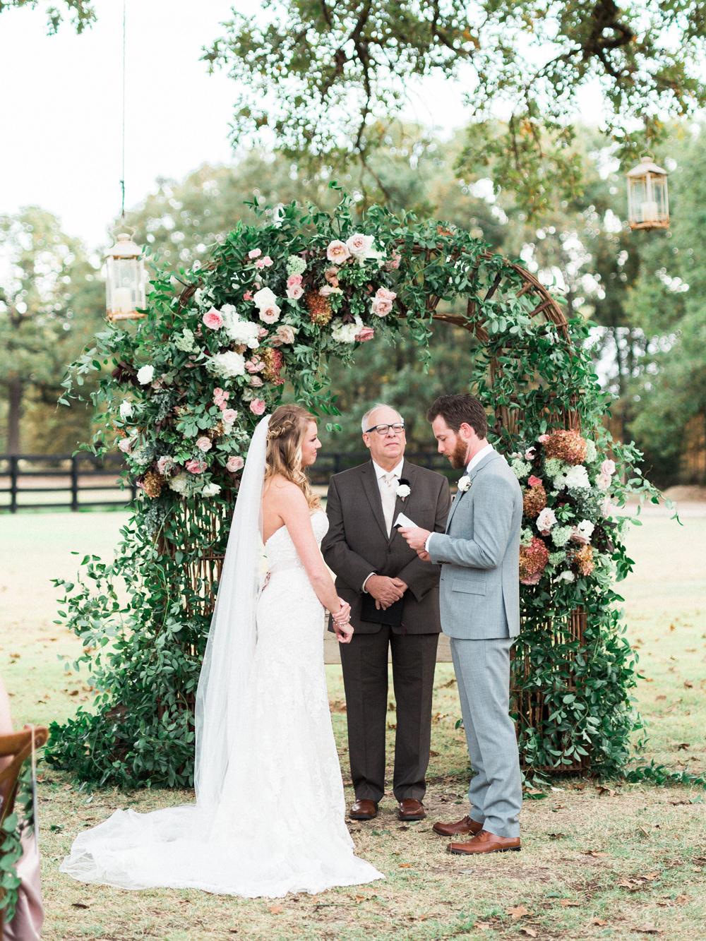 wedding ceremonies - photo by Elisabeth Carol Photography http://ruffledblog.com/picturesque-garden-wedding-at-white-sparrow-barn