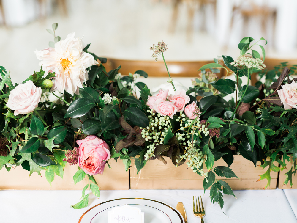 wedding tables - photo by Elisabeth Carol Photography http://ruffledblog.com/picturesque-garden-wedding-at-white-sparrow-barn