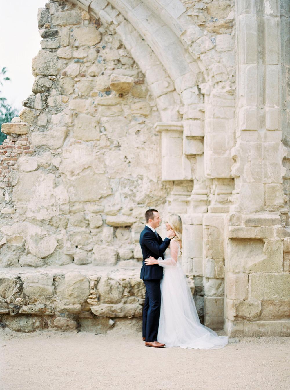 wedding photography - photo by Amanda Lenhardt https://ruffledblog.com/relaxed-san-juan-capistrano-wedding-inspiration