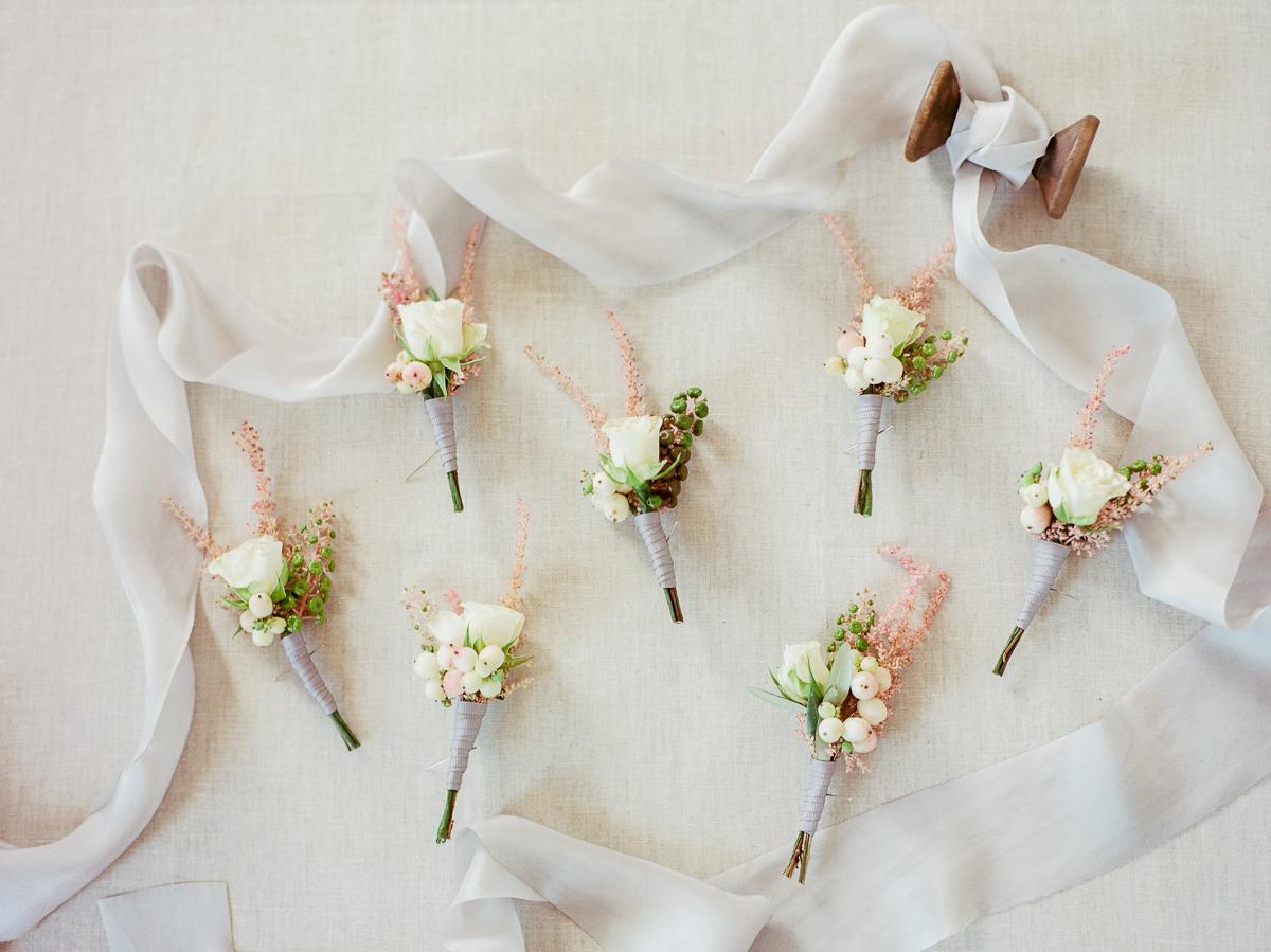boutonnieres - photo by Kylee Yee https://ruffledblog.com/romantic-al-fresco-wedding-in-tuscany