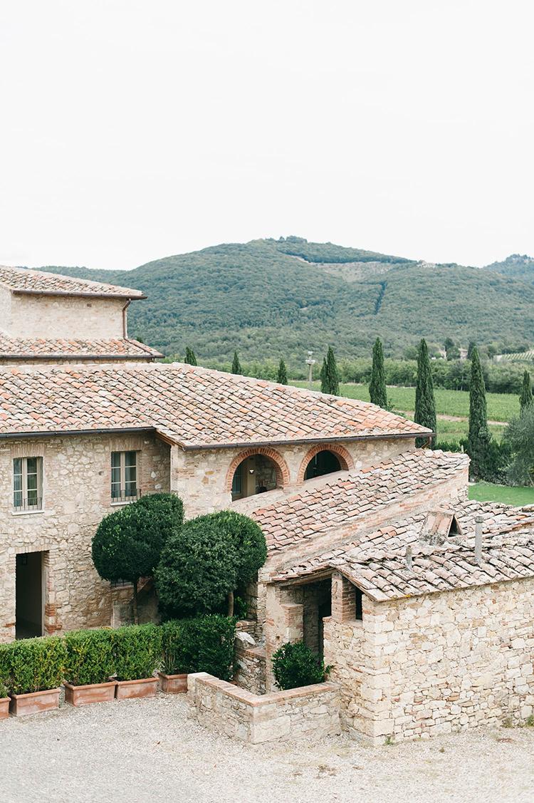 Tuscany weddings - photo by Lisa Poggi https://ruffledblog.com/romantic-black-tie-wedding-in-tuscany