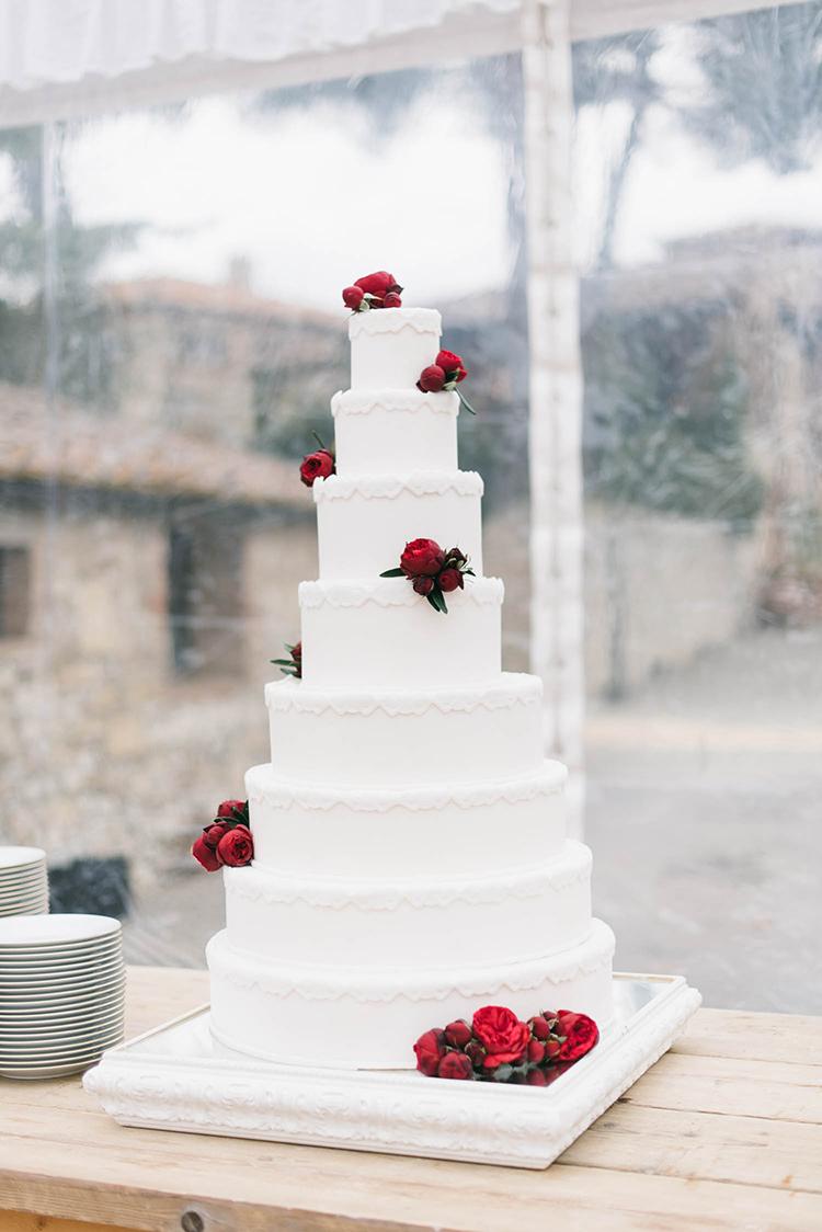 wedding cakes with red flowers - photo by Lisa Poggi https://ruffledblog.com/romantic-black-tie-wedding-in-tuscany