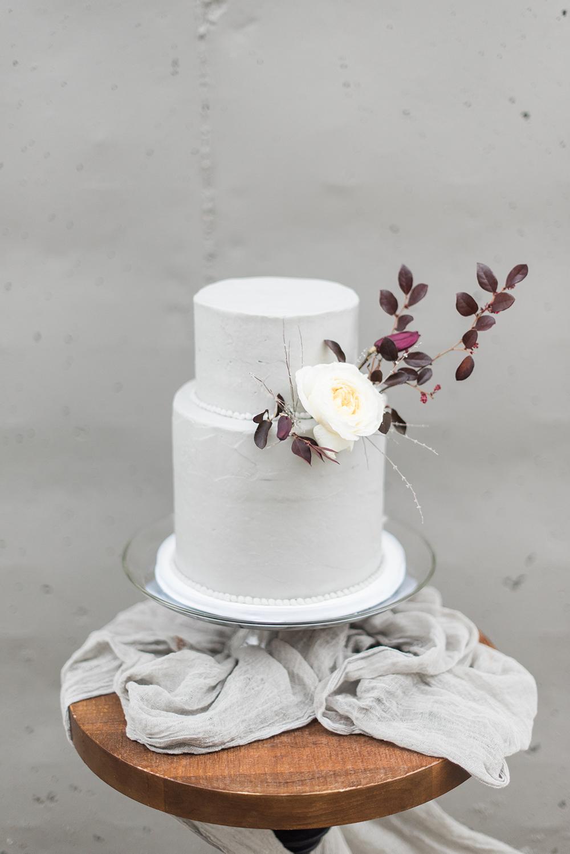 modern wedding cakes - photo by Holly Von Lanken Photography https://ruffledblog.com/romantic-modern-minimalist-wedding-inspiration