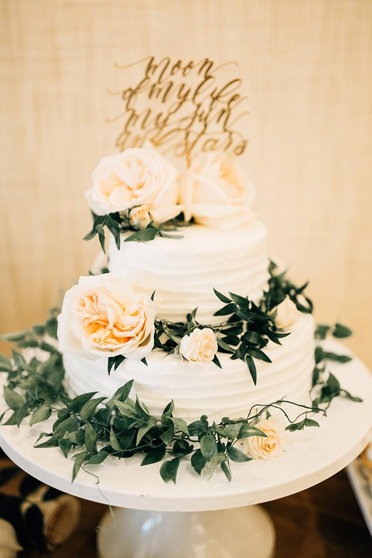 romantic wedding cakes - https://ruffledblog.com/romantic-pacific-northwest-wedding-with-mauve-and-champagne