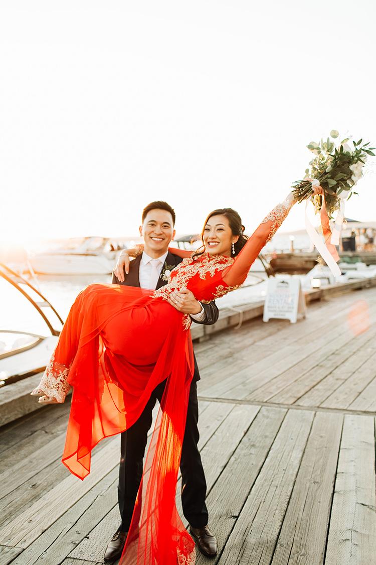 romantic wedding photography - https://ruffledblog.com/romantic-pacific-northwest-wedding-with-mauve-and-champagne
