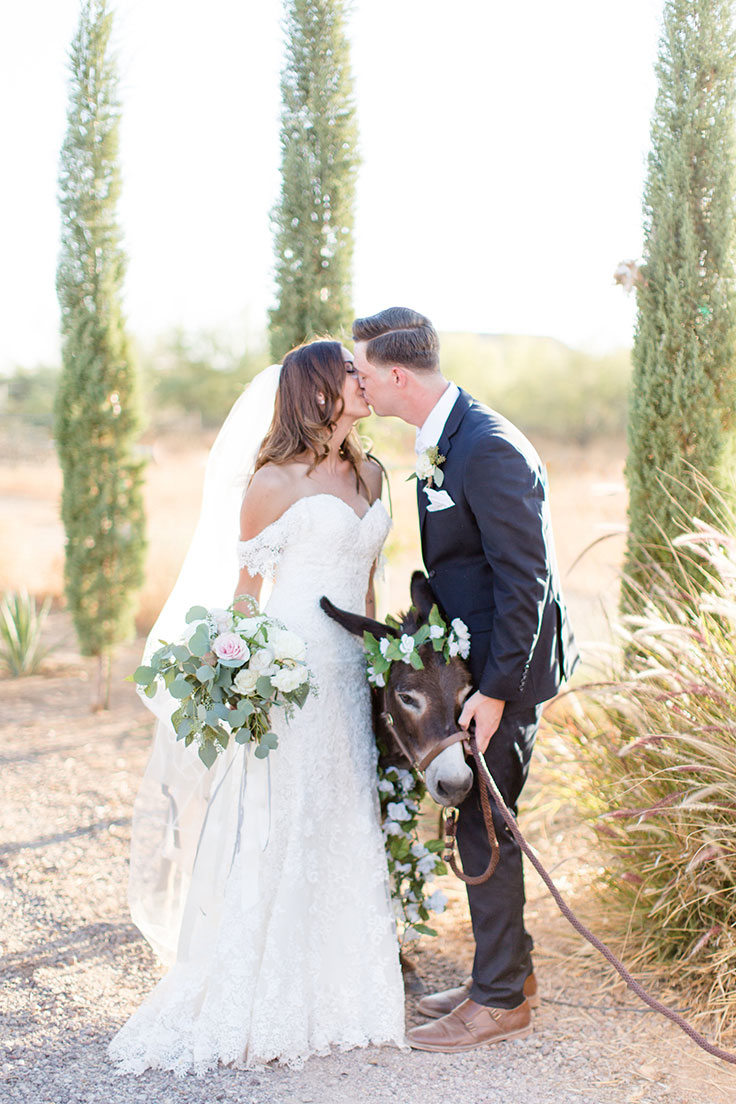 This Rustic Chic Wedding is Love at First Sight #rusticwedding #rusticchic #https://ruffledblog.com/rustic-chic-arizona-wedding/