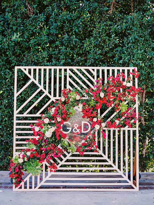 striped geometric ceremony backdrop - photo by Sally Pinera https://ruffledblog.com/40-eye-catching-geometric-wedding-ideas