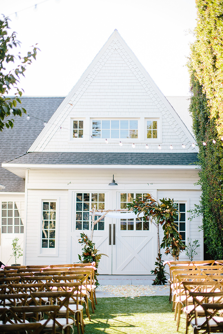 wedding ceremonies with buildings - photo by Birds of a Feather http://ruffledblog.com/soft-and-romantic-wedding-at-lombardi-house