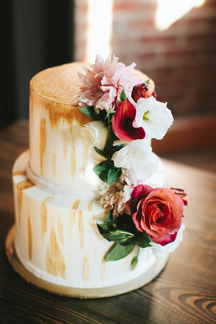 wedding cakes with gold details - https://ruffledblog.com/sweet-botanical-southern-wedding-with-metallic-accents