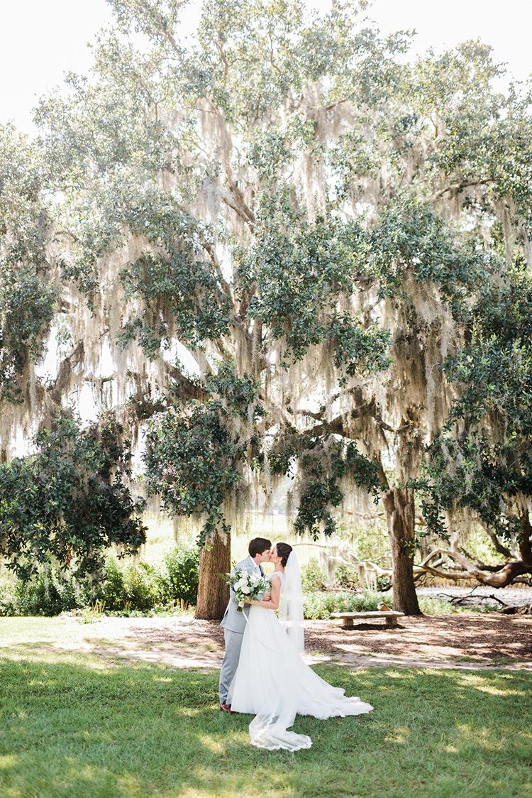 Charleston weddings with spanish moss - https://ruffledblog.com/swoon-worthy-charleston-wedding-with-spanish-moss
