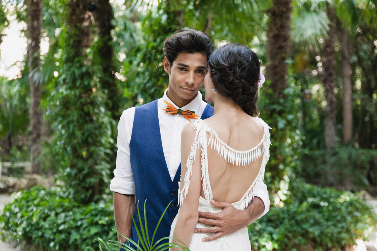 Spanish wedding style - photo by Sarah and Nora Photographers https://ruffledblog.com/tropical-spanish-wedding-inspiration-with-philodendrons