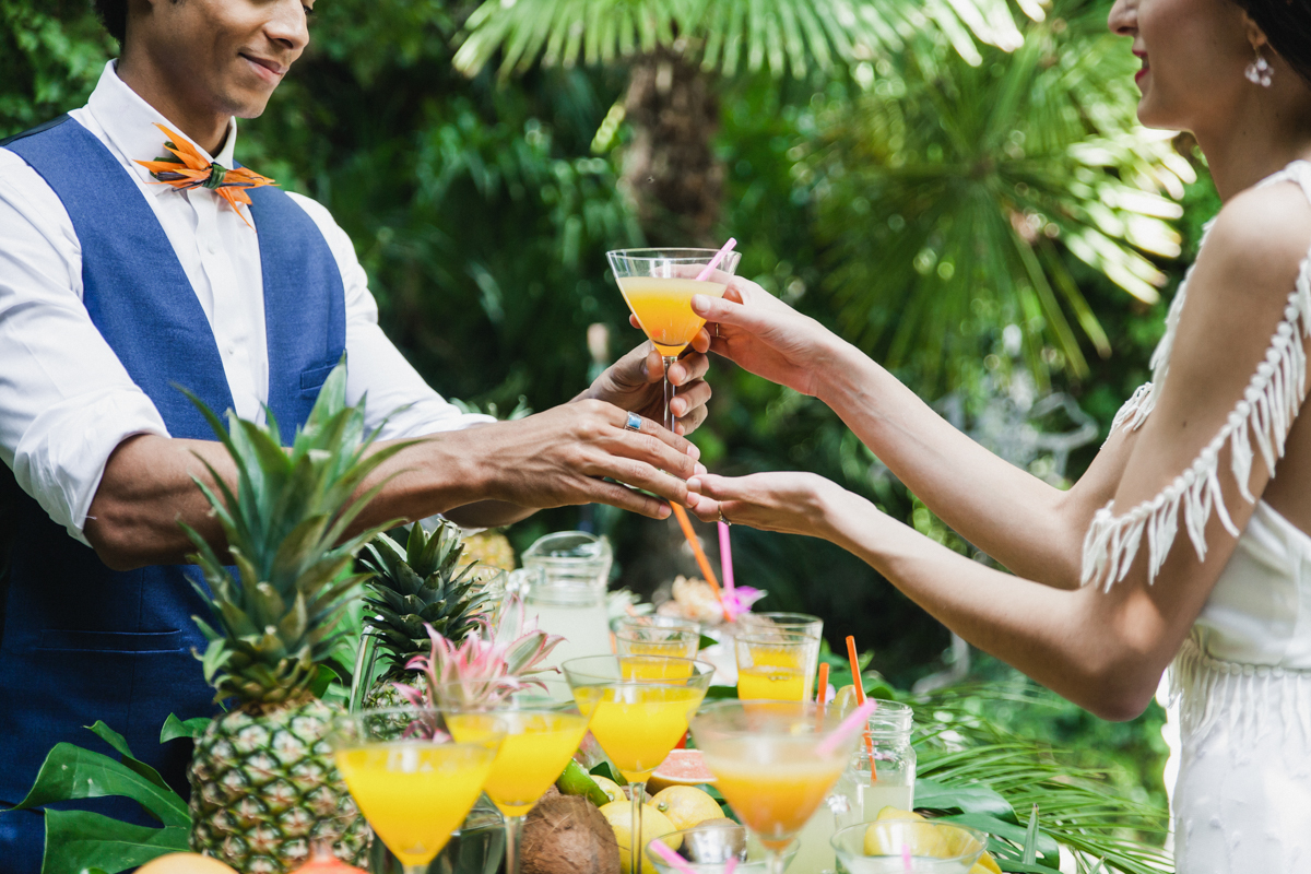 wedding drinks - photo by Sarah and Nora Photographers https://ruffledblog.com/tropical-spanish-wedding-inspiration-with-philodendrons