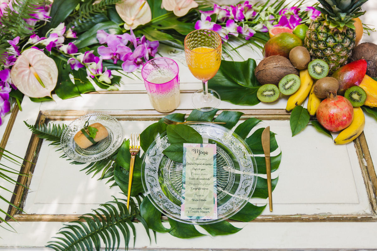 wedding place settings with philodendron - photo by Sarah and Nora Photographers https://ruffledblog.com/tropical-spanish-wedding-inspiration-with-philodendrons