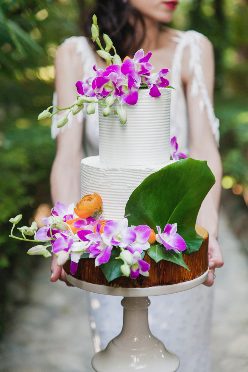 tropical inspired wedding cakes - photo by Sarah and Nora Photographers https://ruffledblog.com/tropical-spanish-wedding-inspiration-with-philodendrons