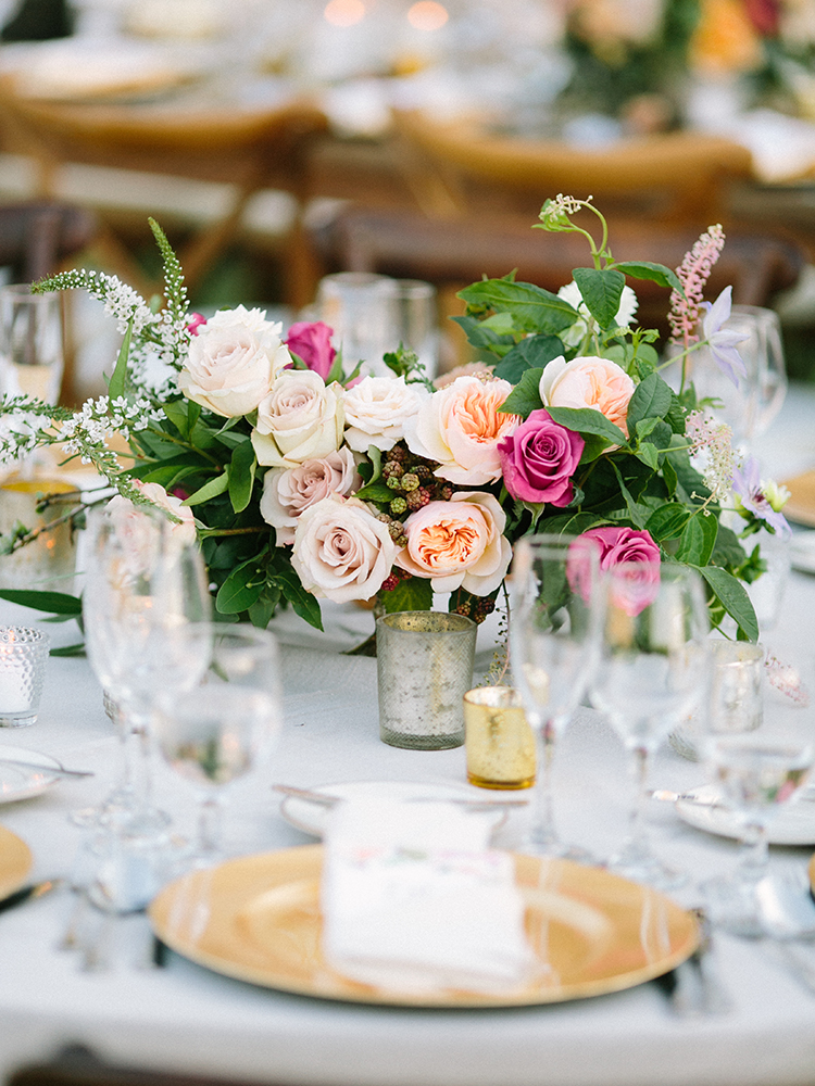wedding tables with gold chargers - photo by Erica Schneider Photography https://ruffledblog.com/vegetable-garden-inspired-wedding-with-seriously-lush-details