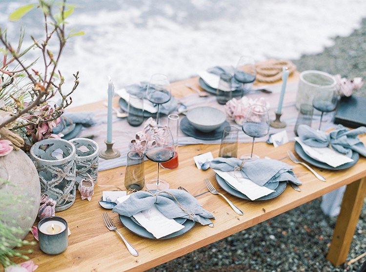 beach wedding tablescapes - photo by Wild Beach Elopement Inspiration at Cinque Terre https://ruffledblog.com/wild-beach-elopement-inspiration-in-cinque-terre
