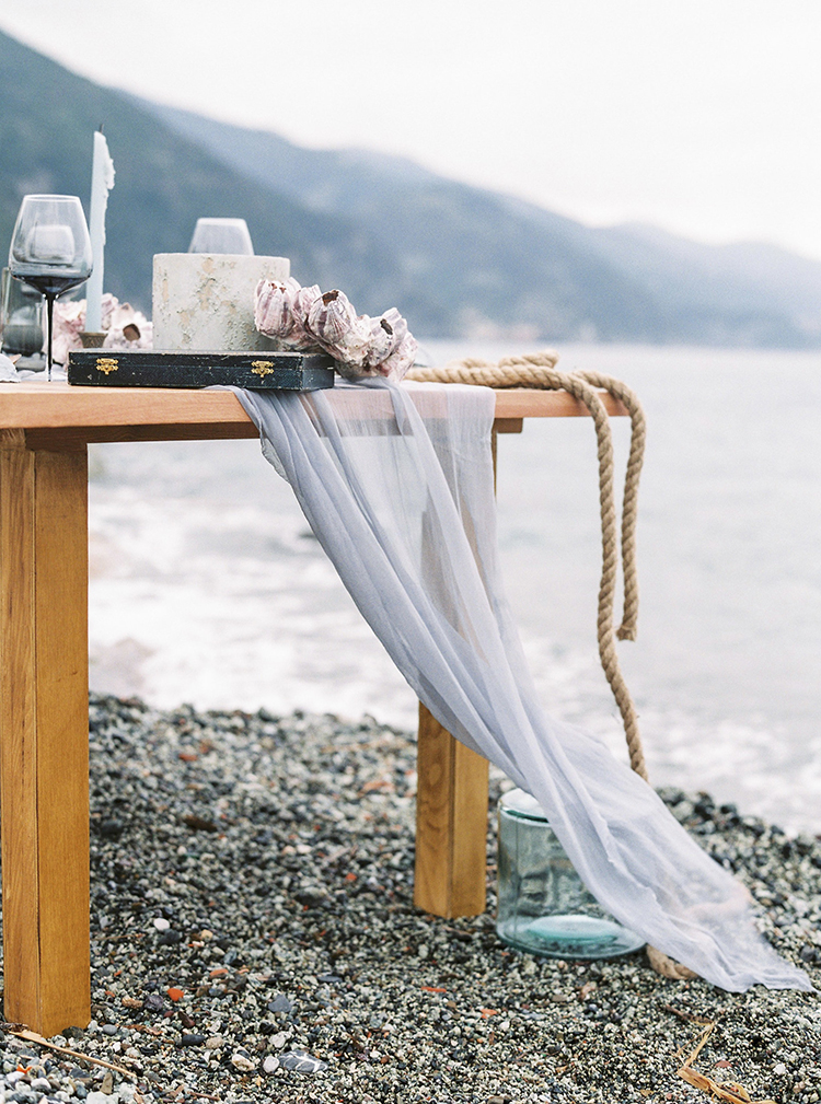 beach wedding tables - photo by Wild Beach Elopement Inspiration at Cinque Terre https://ruffledblog.com/wild-beach-elopement-inspiration-in-cinque-terre