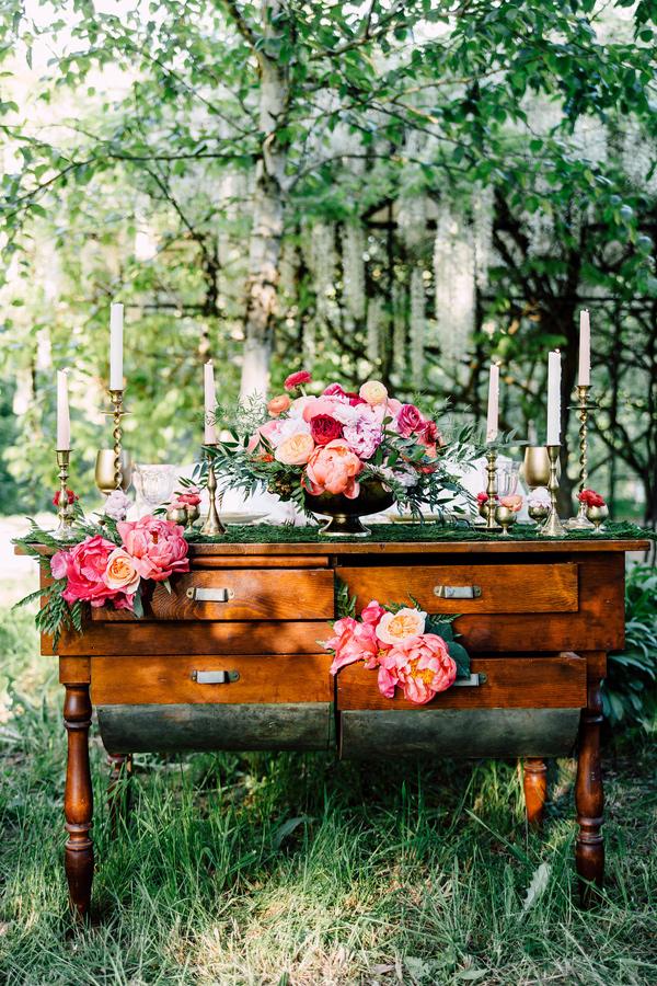 wedding reception table - photo by Justina Louise Photography https://ruffledblog.com/willamette-valley-vineyard-wedding-shoot